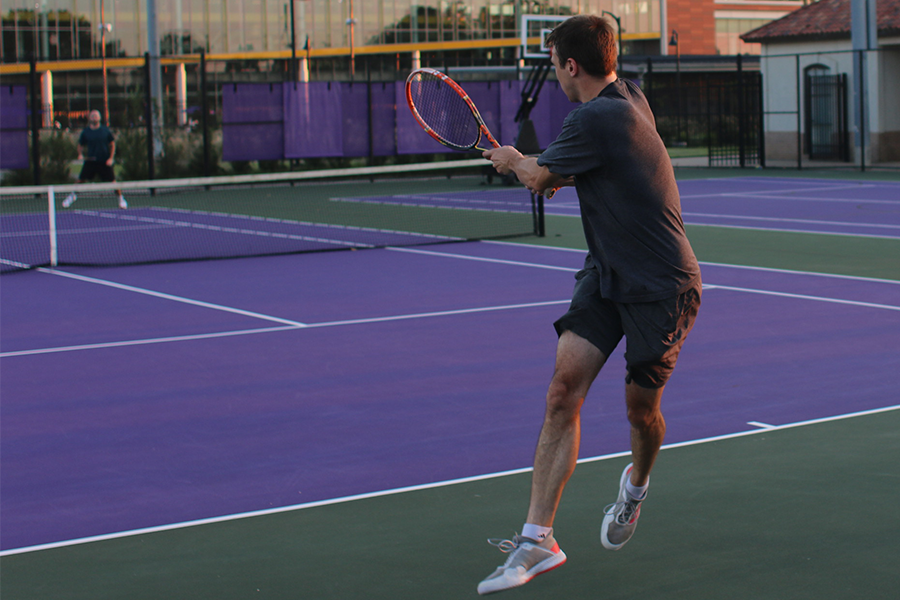 2 males playing tennis